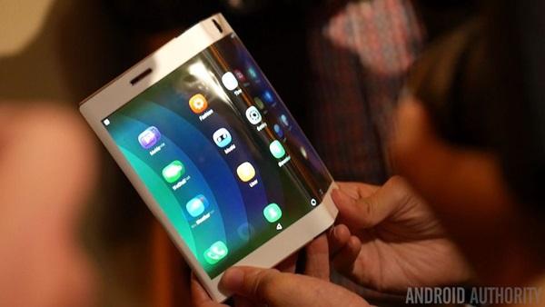 lieu-microsoft-co-ra-mat-thiet-bi-surface-phone-de-bat-kip-thoi-ki-smartphone-man-hinh-gap-dang-toi-1